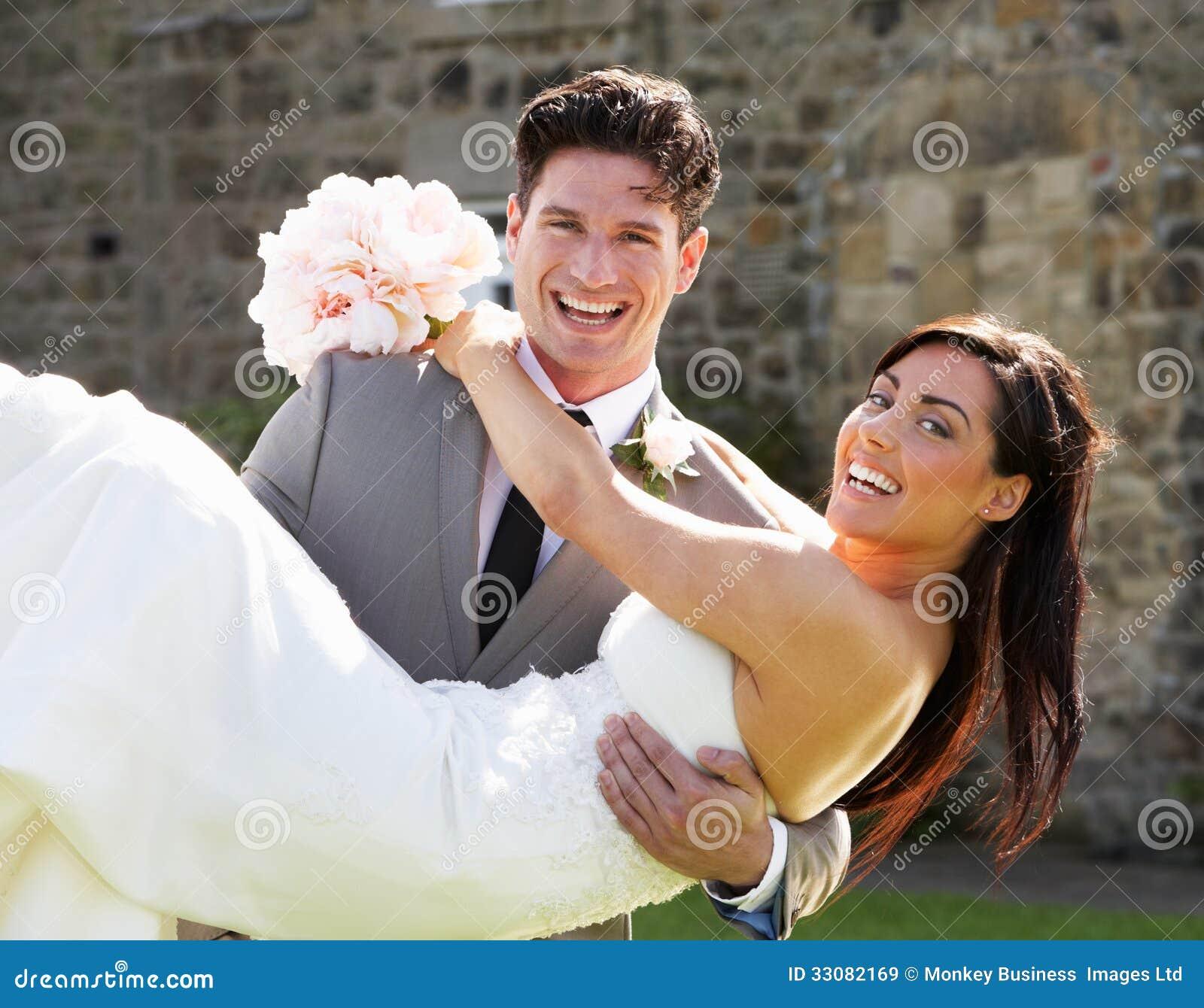 Romantische Braut und Bräutigam Embracing Outdoors