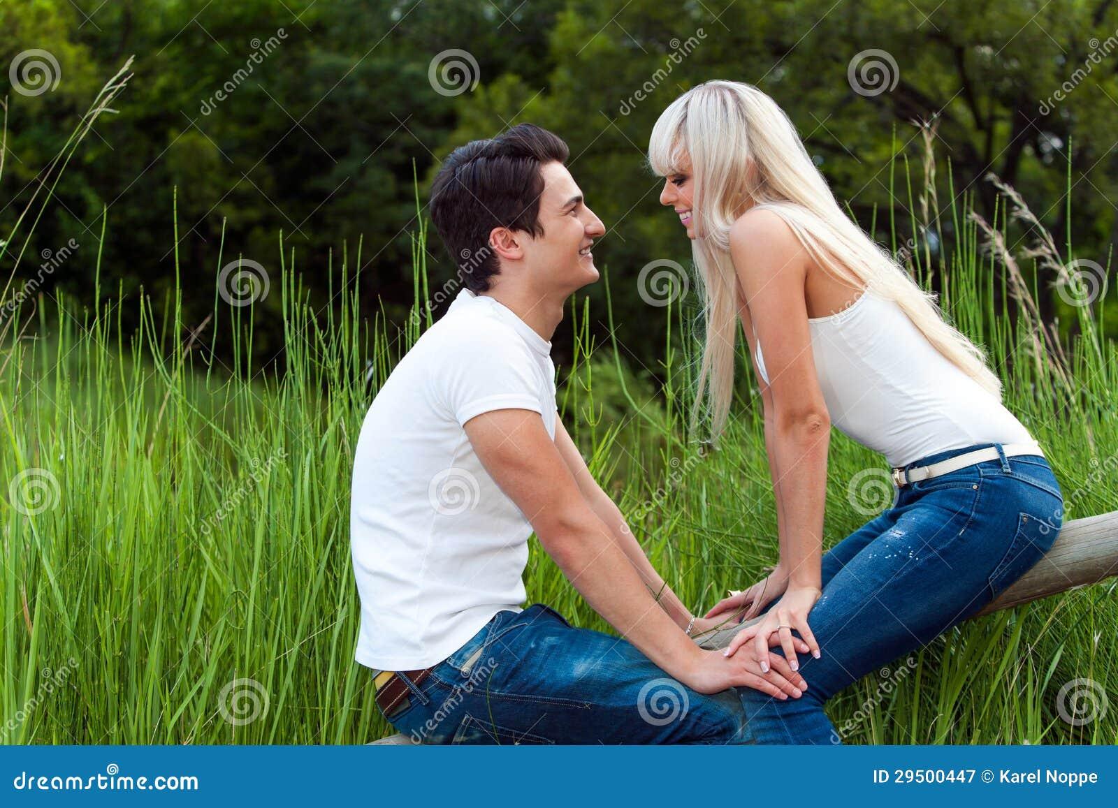 Romantische datum in park.
