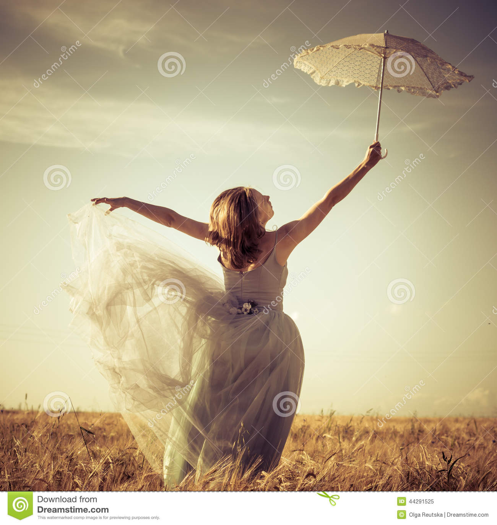 Romantische des sommers fee draußen: schöne blonde junge frau, die ...