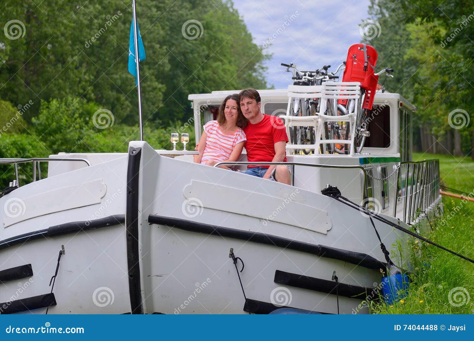Romantische Ferien, Reise Auf Beiboot, Glückliches Paar Auf