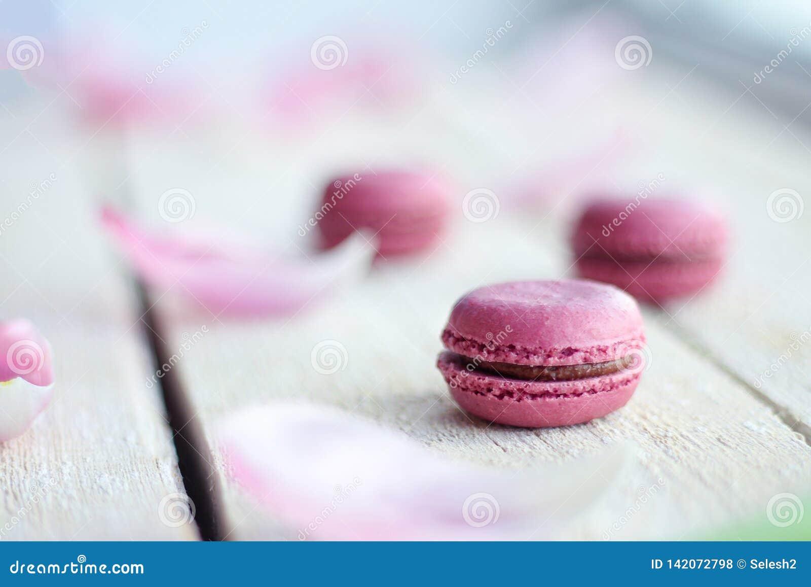 Romantische gevoelige samenstelling met roze bloemen en makaroncakes