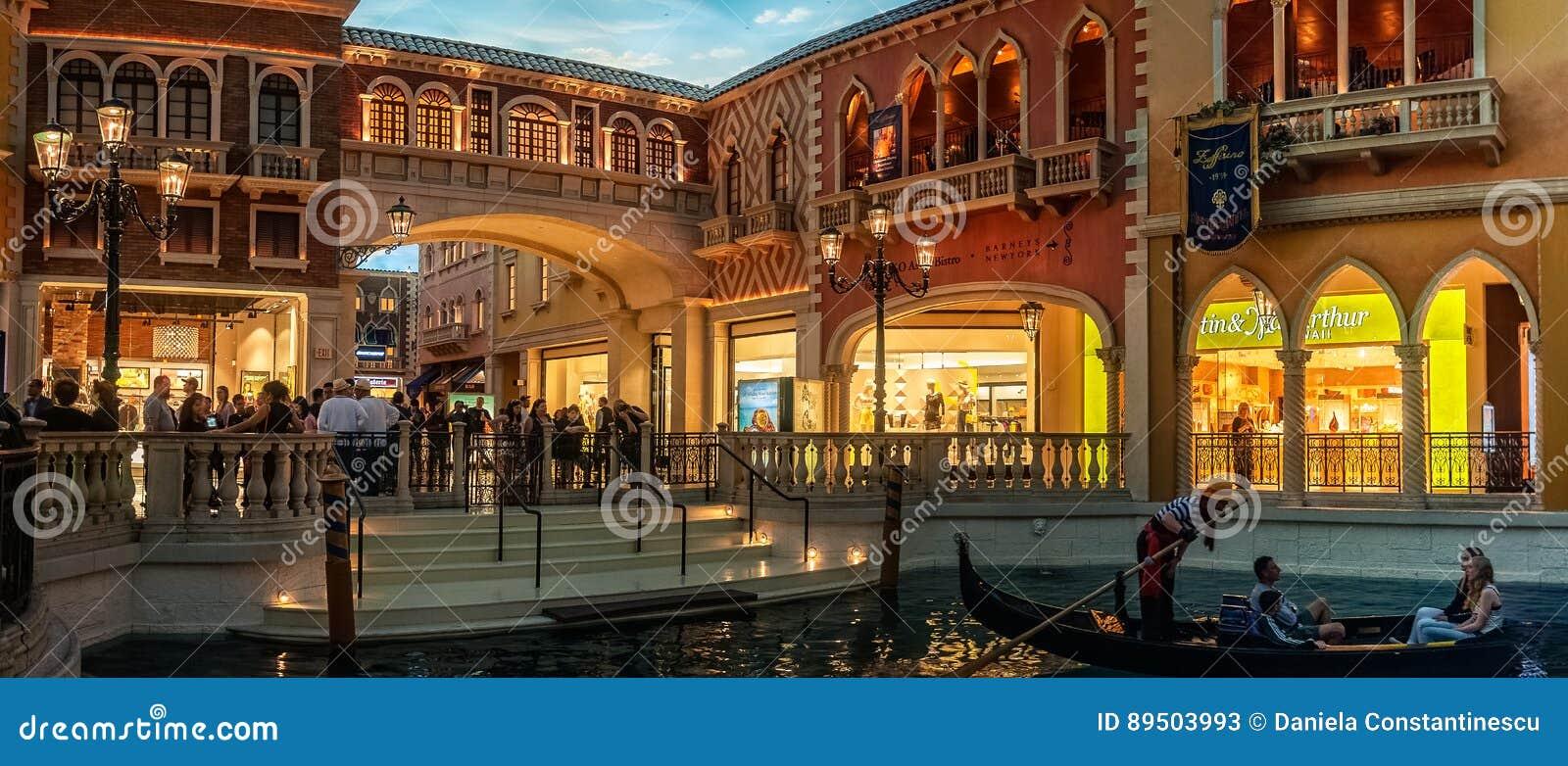 Romantische gondelrit op het kanaal in het Venetiaanse hotel en het casino