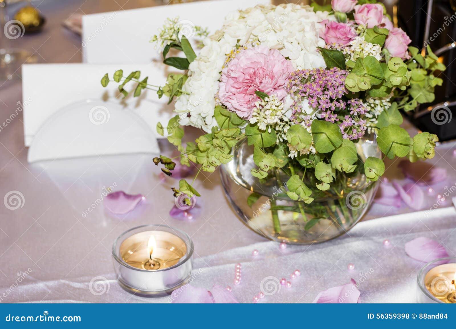 romantische hochzeitsdekoration mit rosa rosen und perlen stockfoto bild von karte stuhl. Black Bedroom Furniture Sets. Home Design Ideas