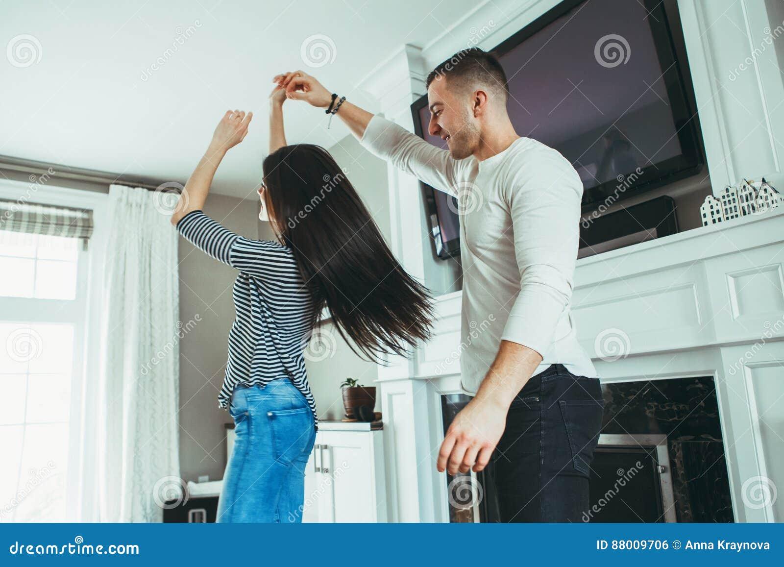 Romantische jonge glimlachende lachende paarman vrouw die in liefde, kussen, die samen dansen koesteren