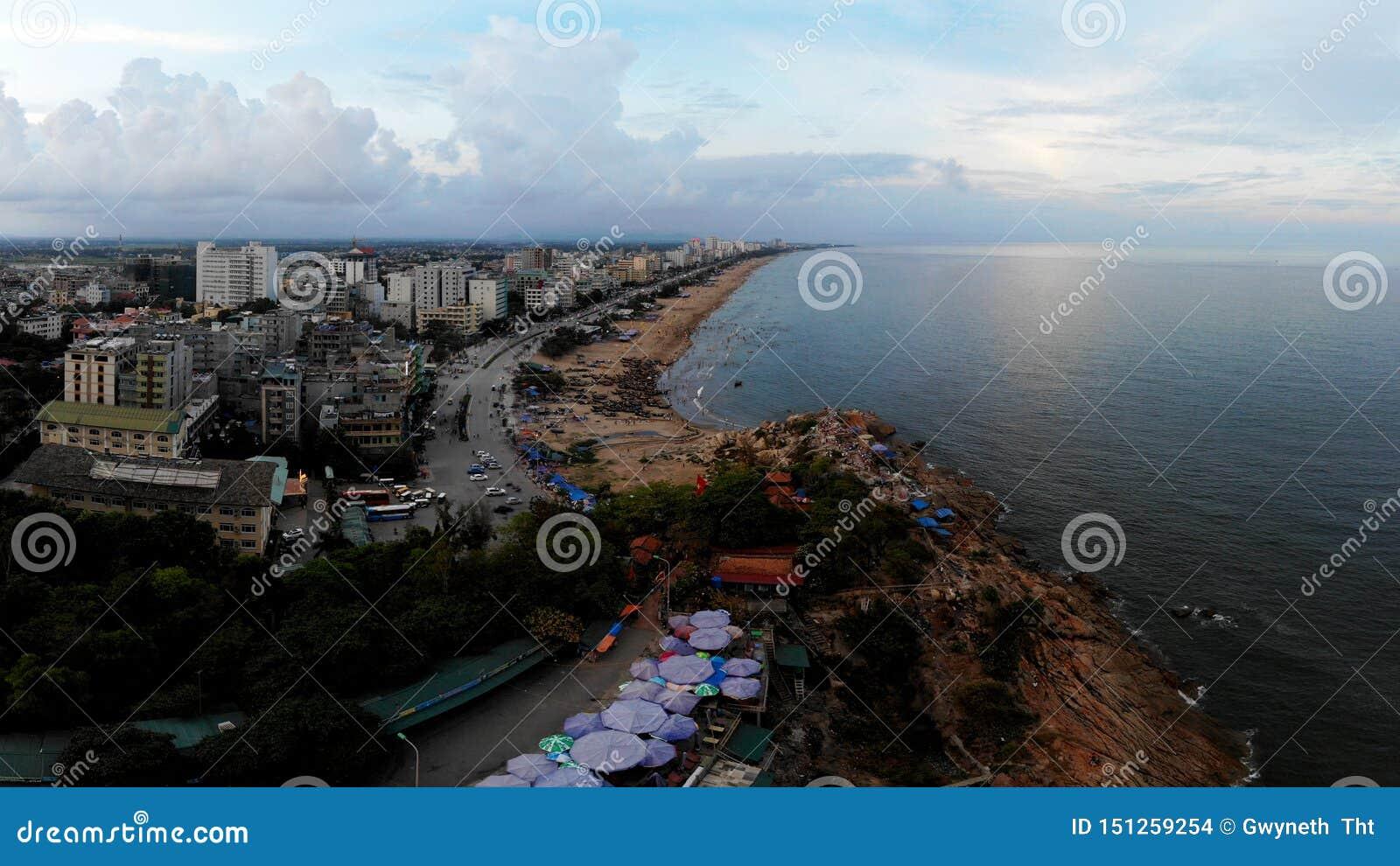 Romantische jonge stad op de kust