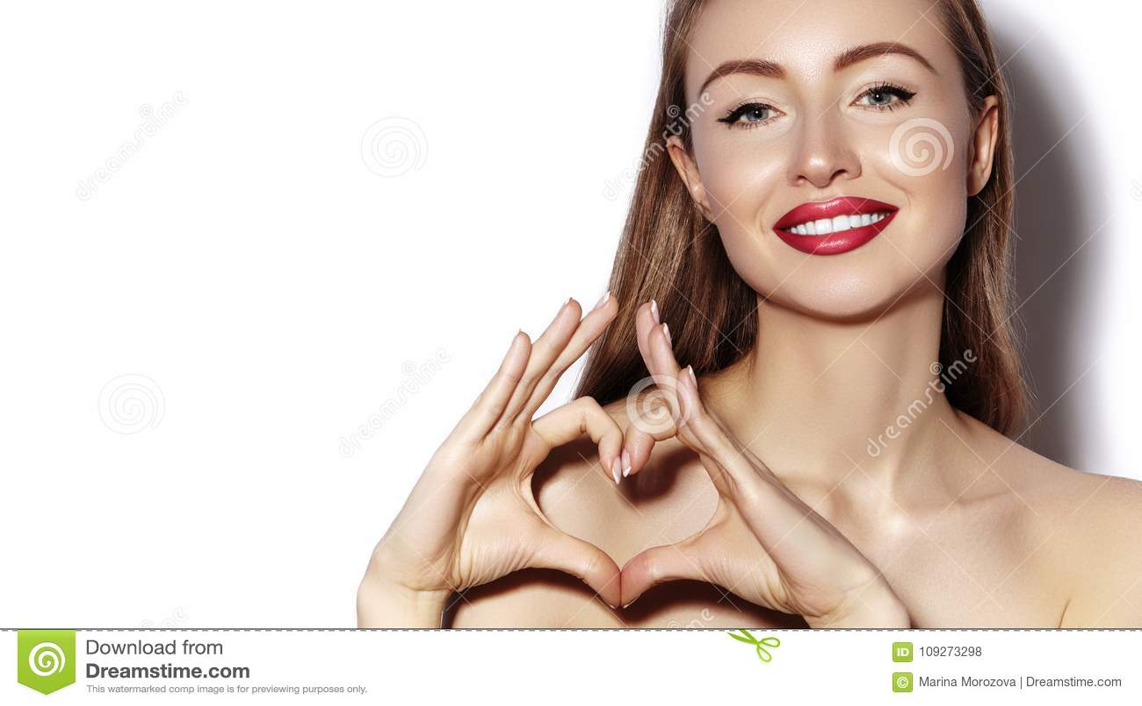 Romantische jonge Vrouw die Hartvorm met haar Vingers maken Liefde en van de Valentijnskaartendag Symbool Maniermeisje met Gelukk