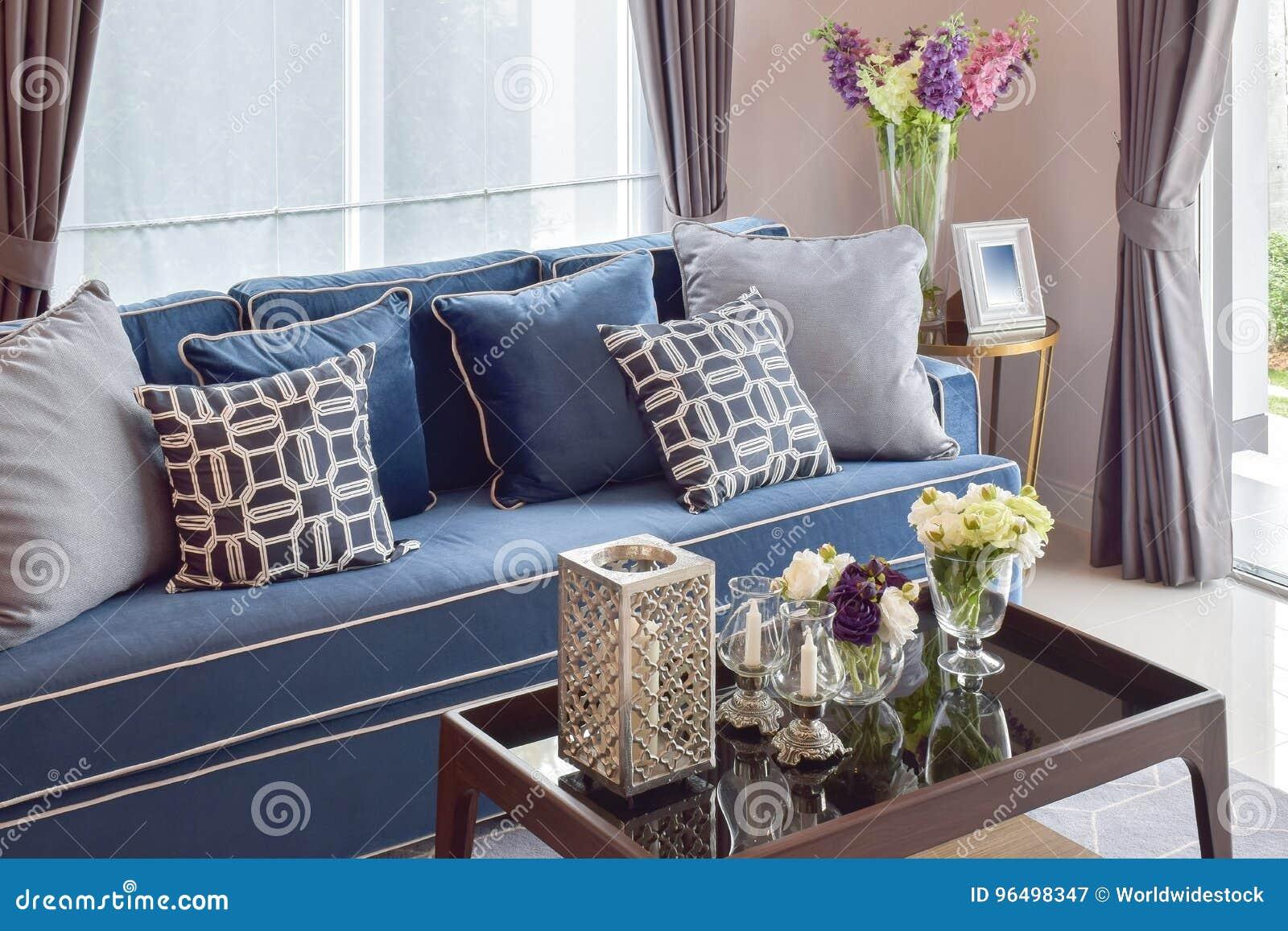 Download Romantische Kerze Stellte Mit Beige Und Blauem Modernem  Klassischem Sofa Im Wohnzimmer Ein Stockbild