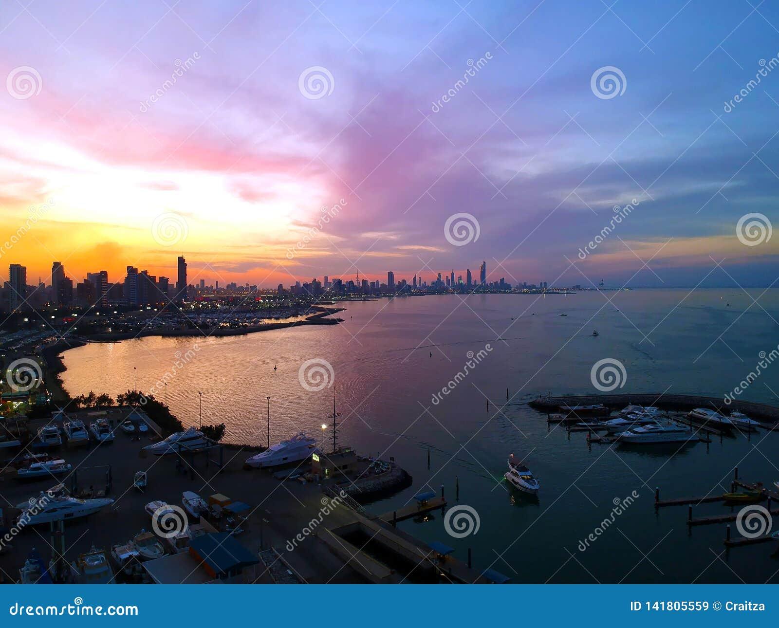 Romantische Kleurenzonsondergang over de Stadskust van Salmiya en van Koeweit