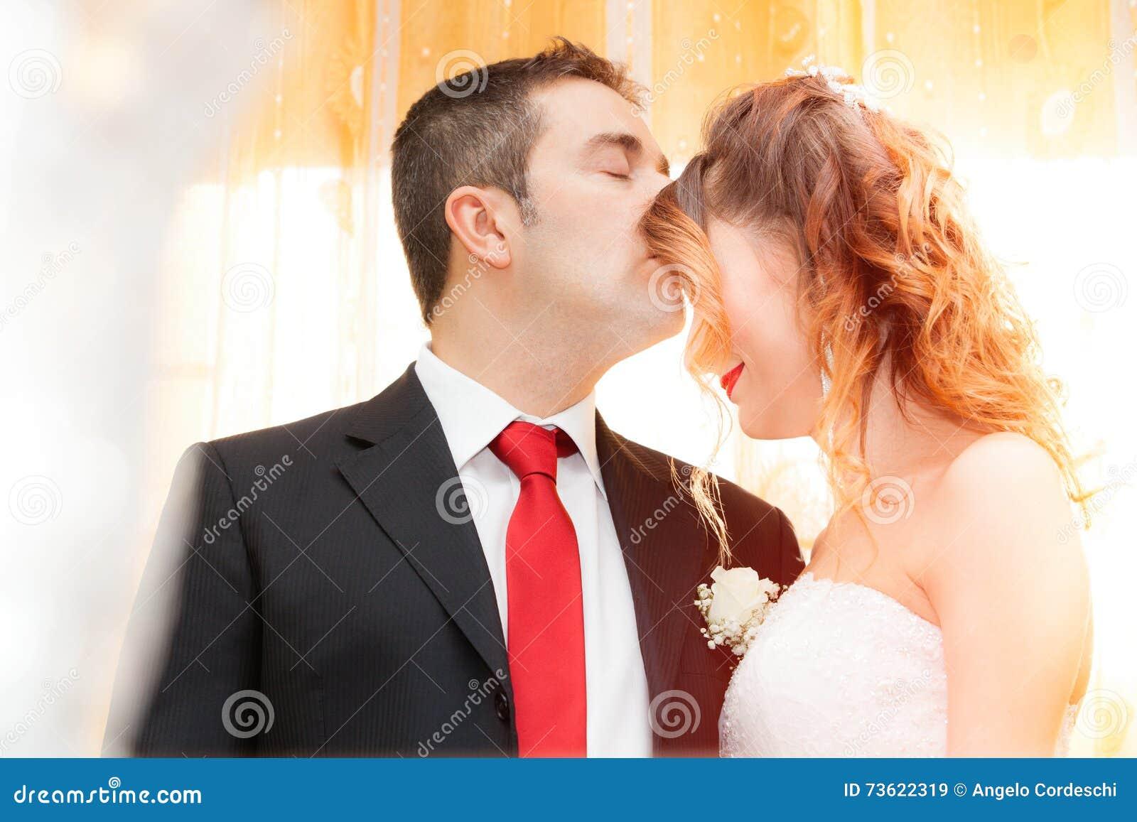 Romantische kus van jonggehuwden