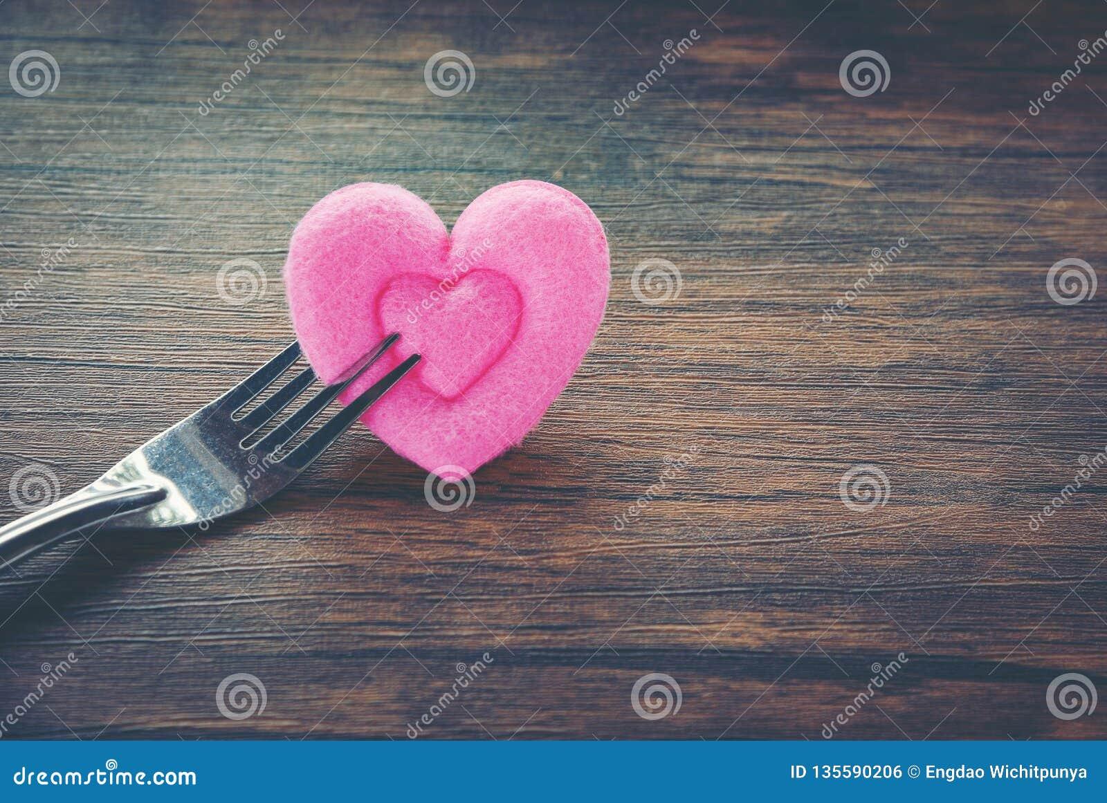 Romantische Liebesnahrung des Valentinsgrußabendessens und Liebe, die das romantische Gedeck des Konzeptes verziert mit Gabel und