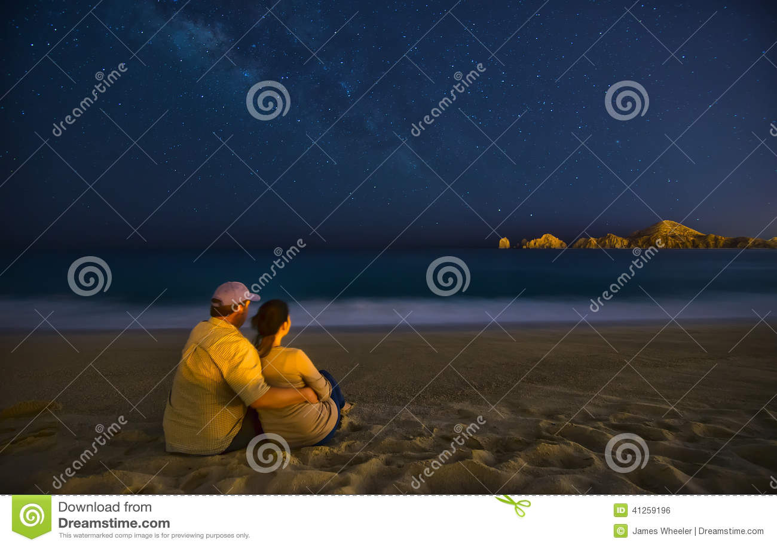 Romantische Paare auf Strand nachts in Cabo San Lucas Mexiko