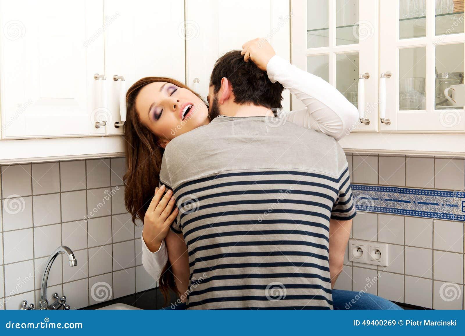Download Romantische Paare, Die In Der Küche Küssen Stockbild - Bild von menschlich, kaukasisch: 49400269