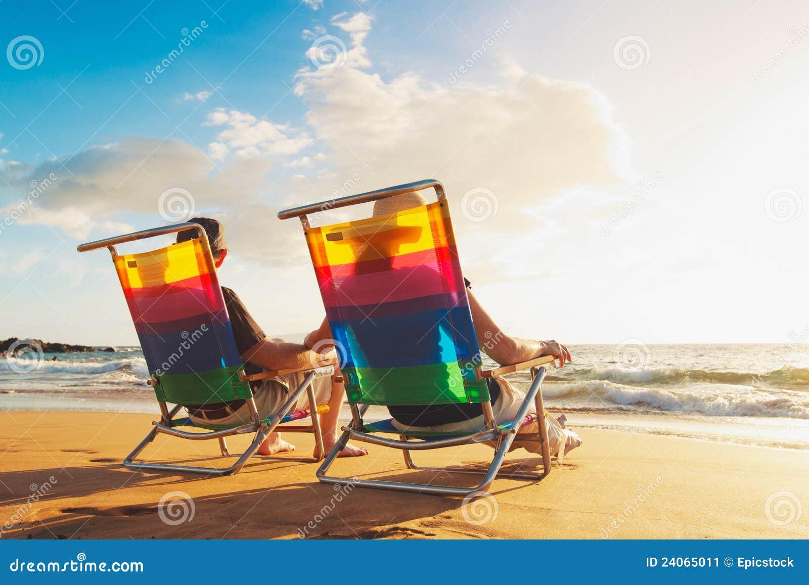 Romantische Paare, die schönen Sonnenuntergang genießen