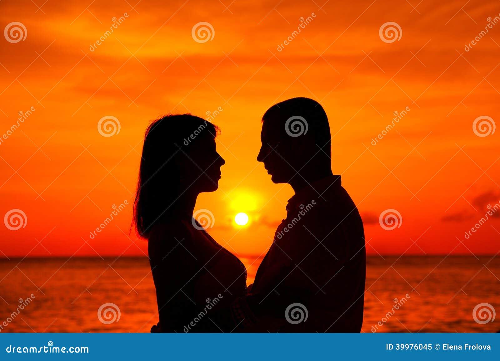 Romantische Paare, Die Am Tropischen Strand Mit Sonnenuntergang Im ...