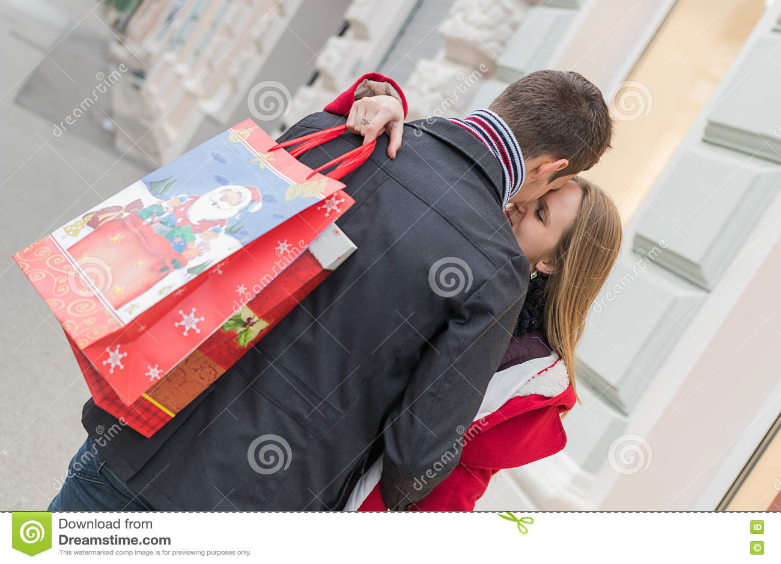 Romantische Paare, Die Weihnachtsgeschenke Austauschen Romantische ...