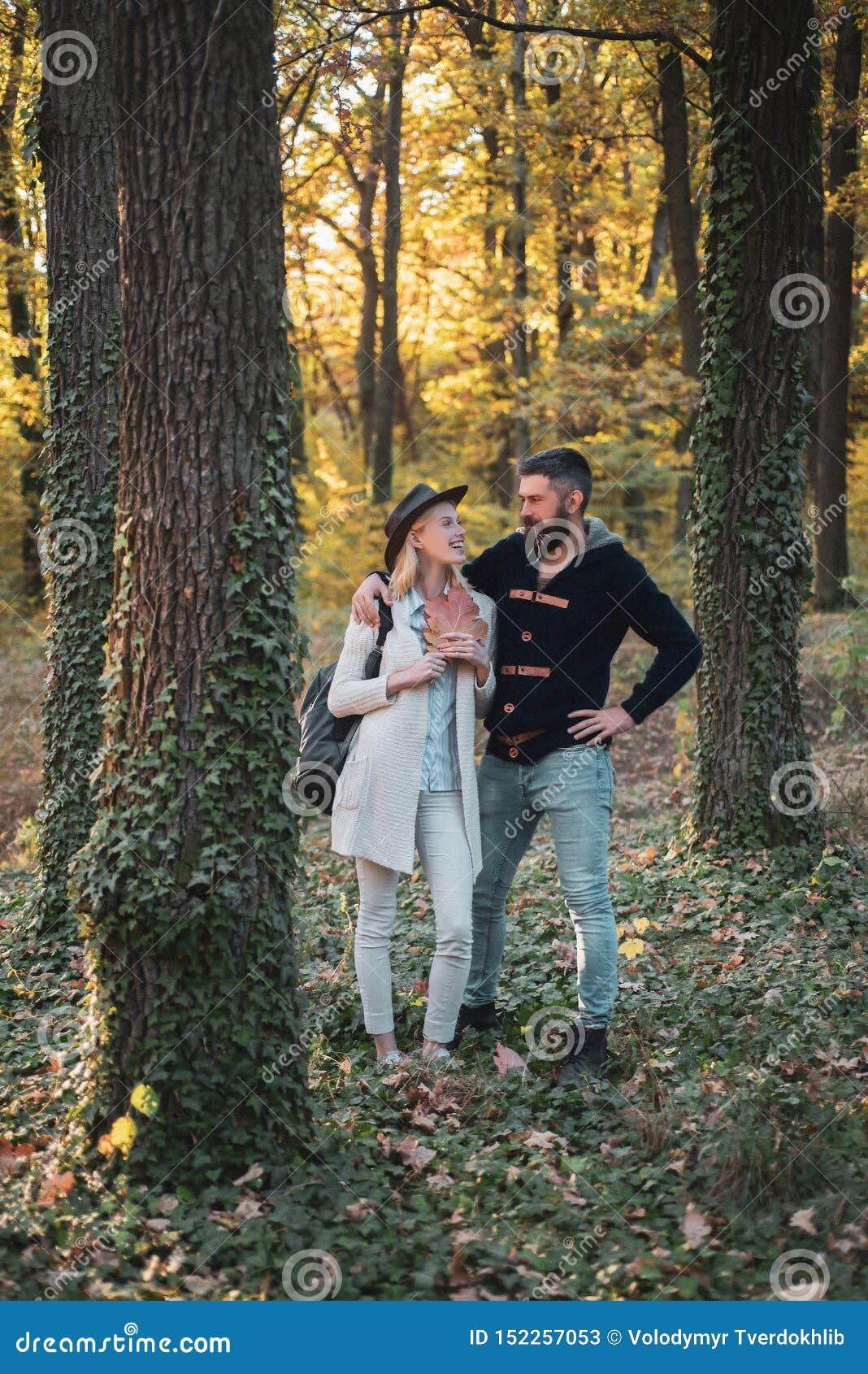 Romantische Paare Hallo Herbst Junge Paare mit herbstlicher Stimmung Herbstreisen Glückliches Paar auf Herbstweg