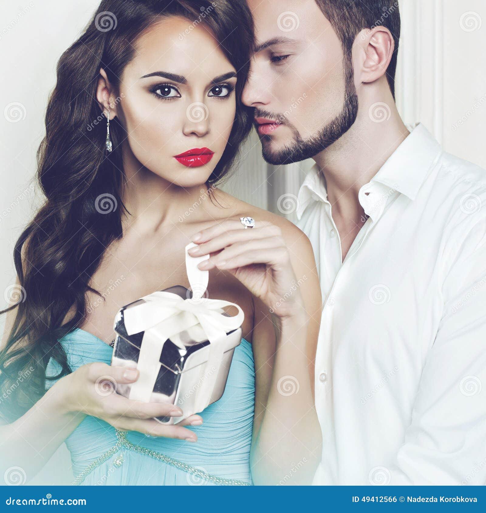 Download Romantische Paare Mit Geschenk Stockfoto - Bild von kühl, schönheit: 49412566