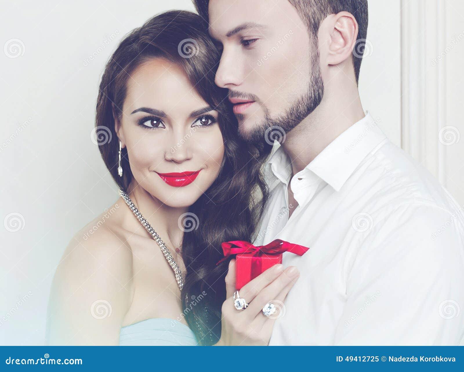 Download Romantische Paare Mit Geschenk Stockbild - Bild von frisur, obacht: 49412725