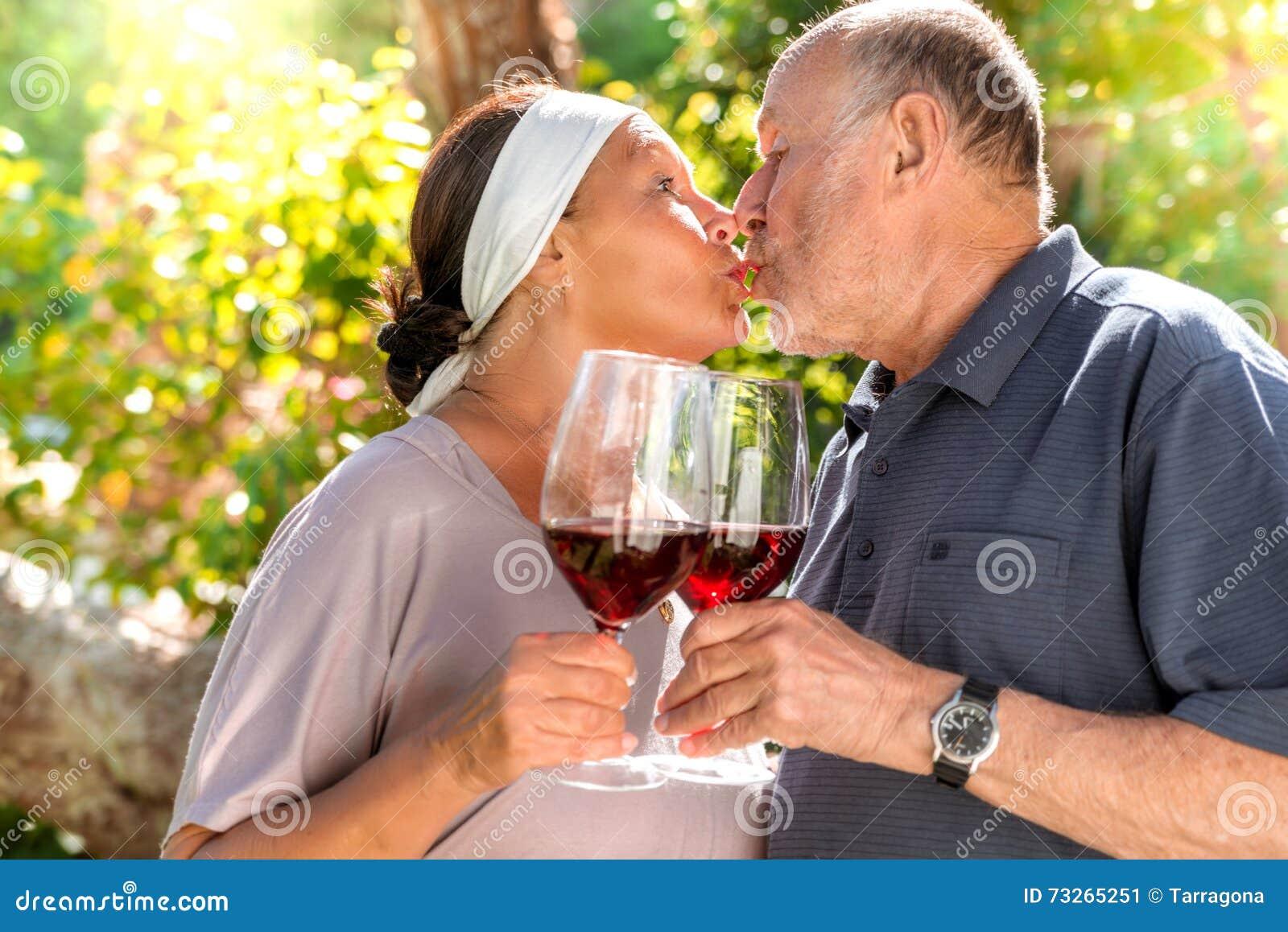Romantische Paare mit Rotwein