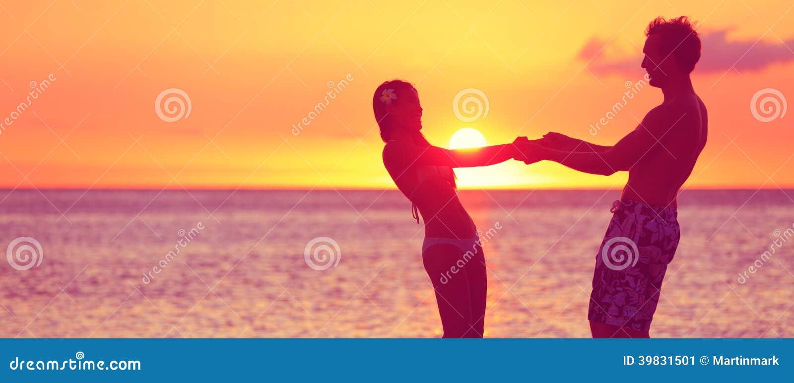 Romantische Paarflitterwochen-Reisefahne auf Strand