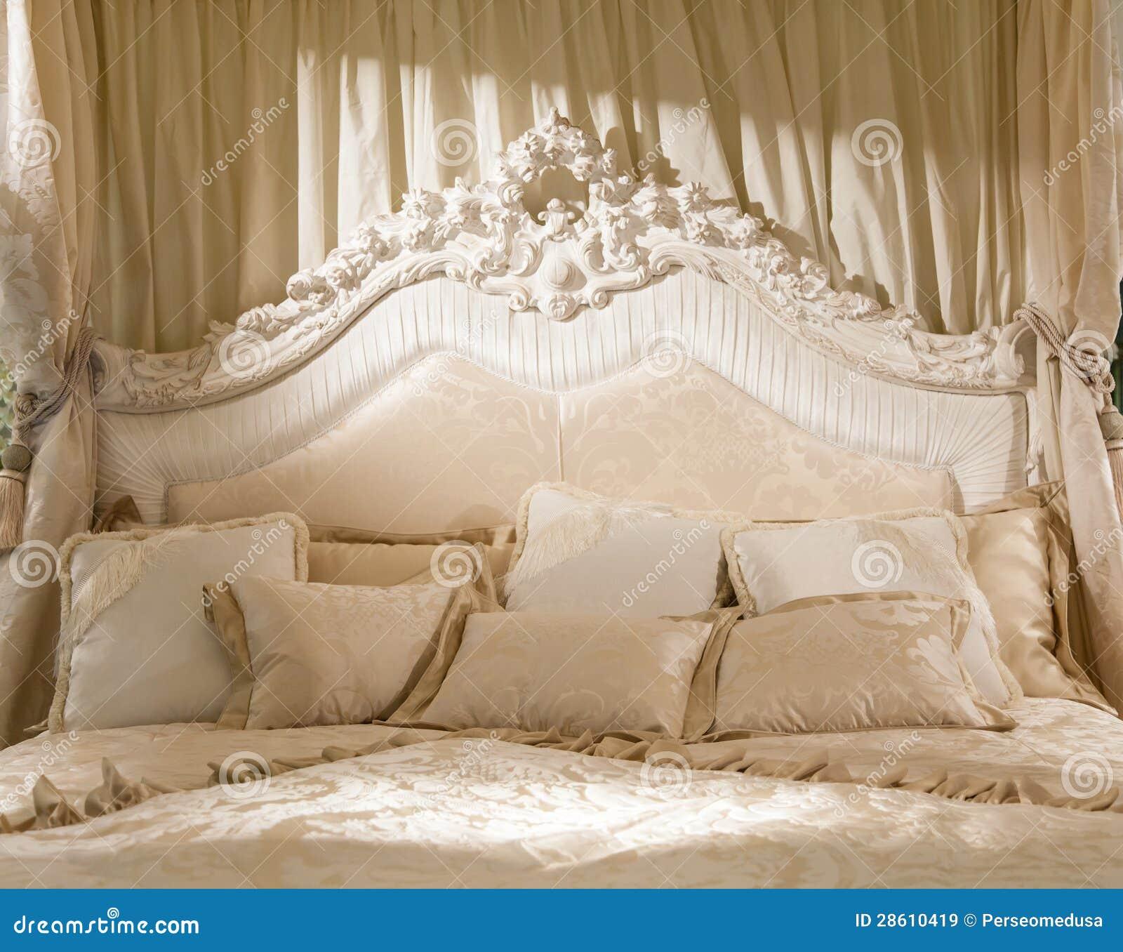 Romantische slaapkamer royalty vrije stock afbeeldingen afbeelding 28610419 - Romantische witte bed ...