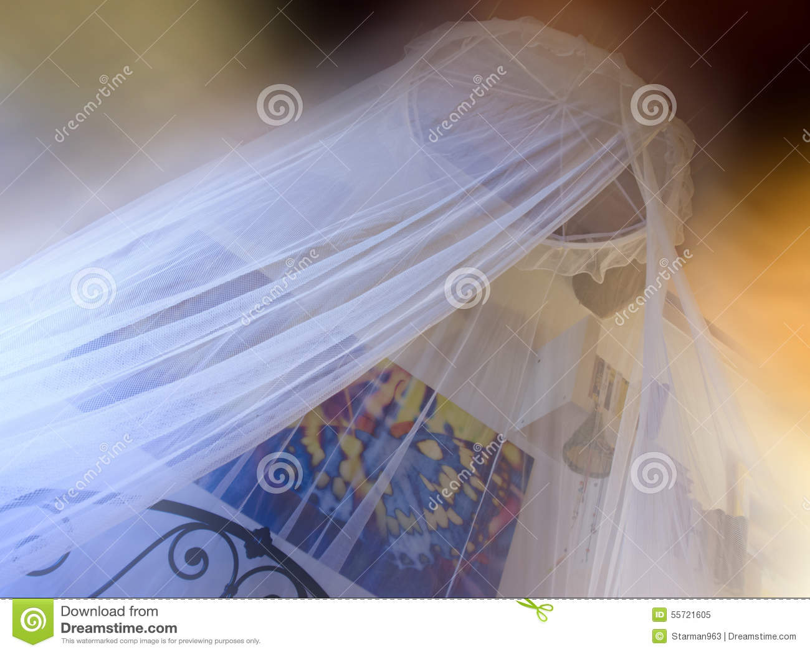 Romantische slaapkamer met klamboe stock foto   afbeelding: 55721605