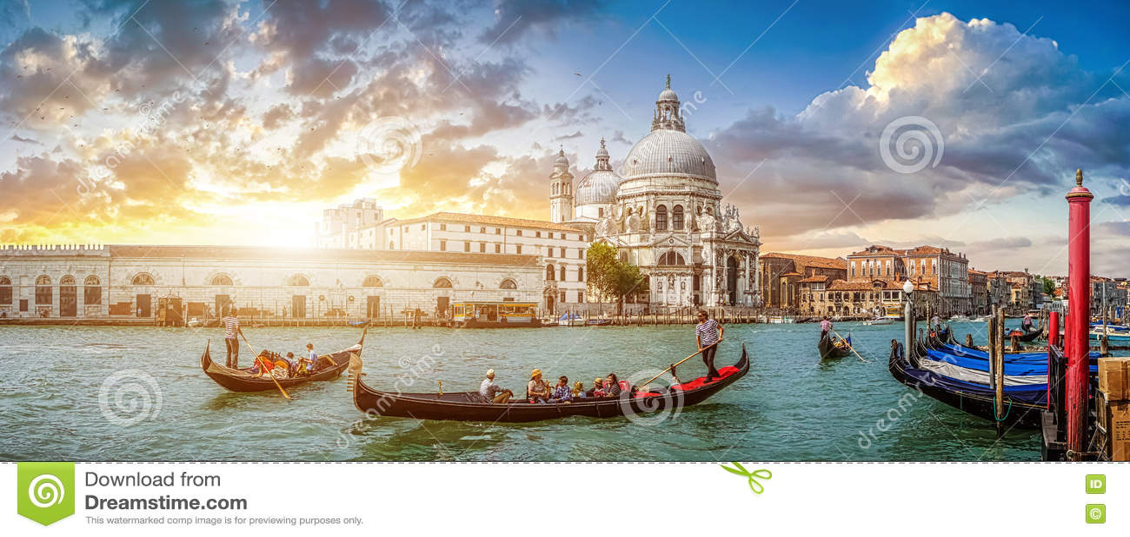 Romantische Venedig-Gondelszene auf dem Kanal groß bei Sonnenuntergang, Italien