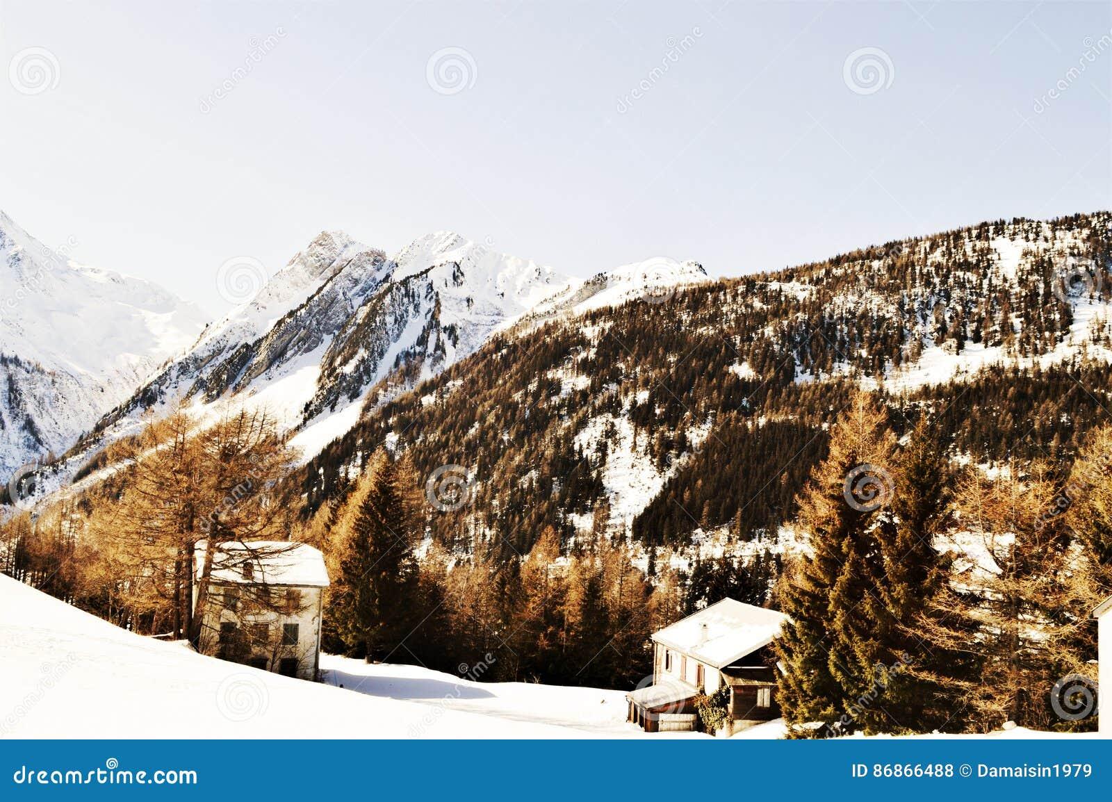 Romantische Winterlandschaft in den Schweizer Alpen, Weinlesefarben