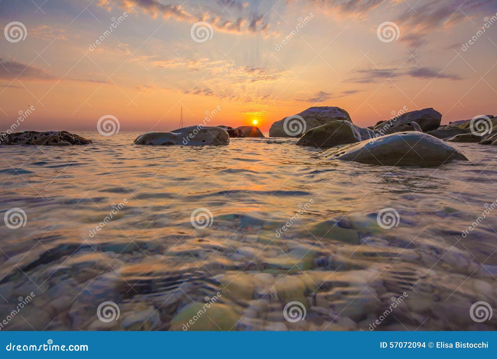 Romantische zonsopgang over het overzees
