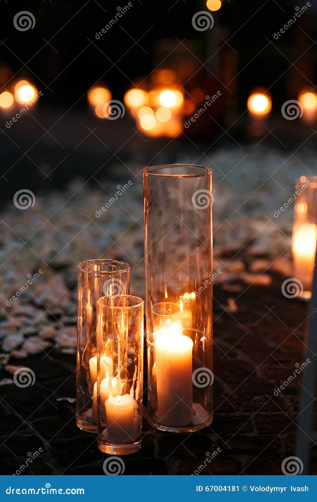 Romantischer Hochzeitsgang der Märchen mit weißen Kerzen und den Blumenblättern I