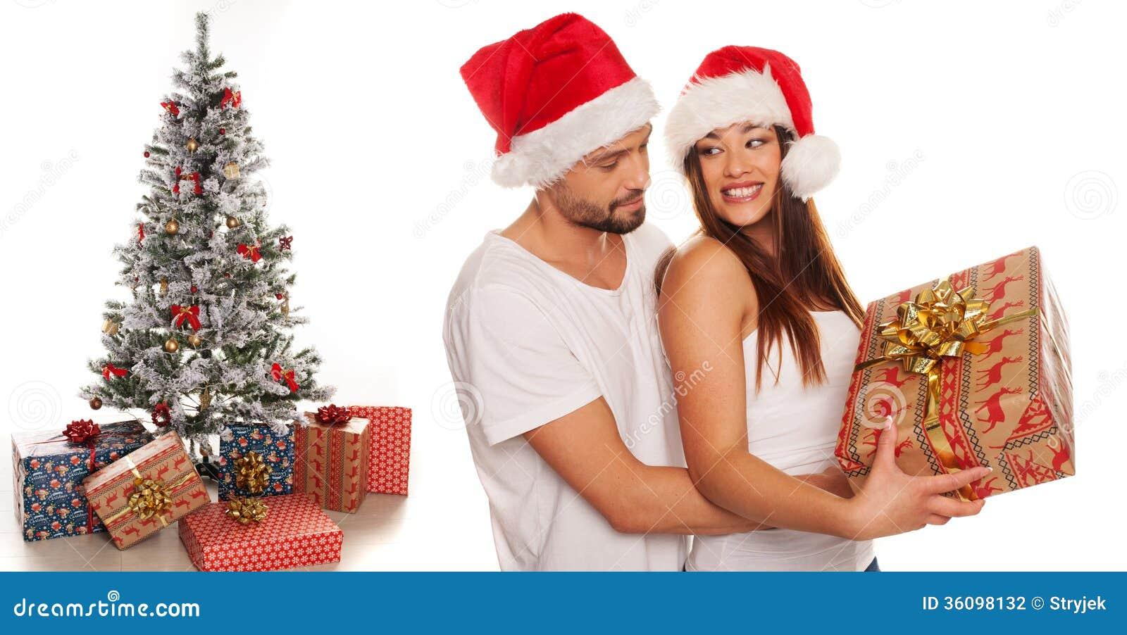 Romantischer Junger Mann, Der Seiner Frau Ein Weihnachtsgeschenk ...