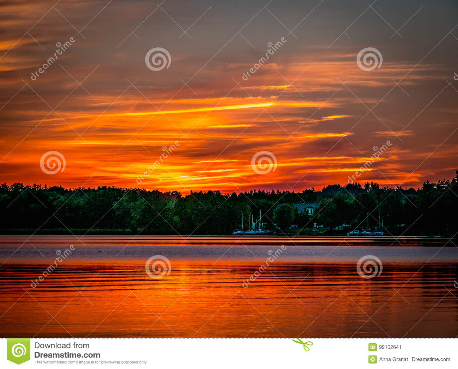 Romantischer Sonnenuntergang über dem See