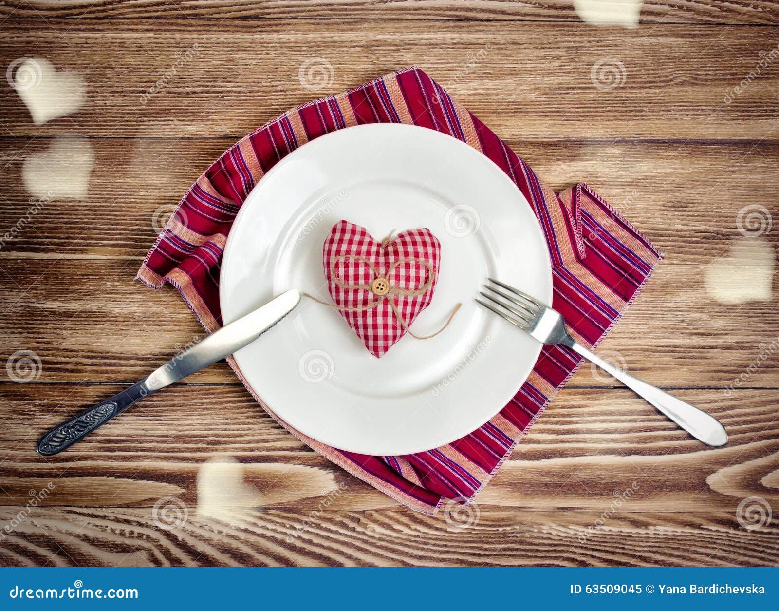 Romantisches Abendessenkonzept der Valentinsgrüße Gedientes Herz des Feiertags Mahlzeit SH