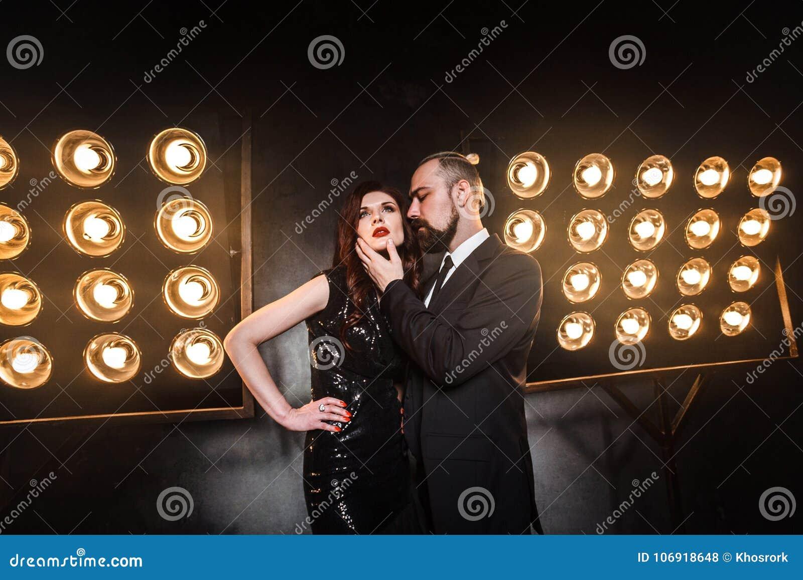 Romantisches Artporträt eines eleganten Paares im Nachtclub