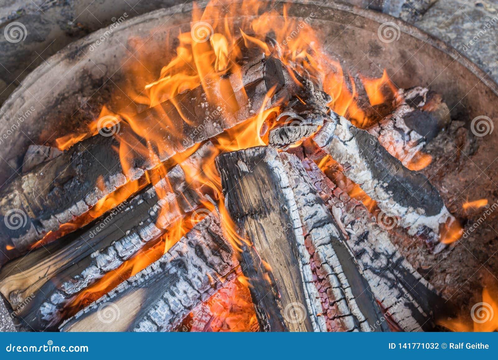 Romantisches Lagerfeuer in einer Feuerschüssel