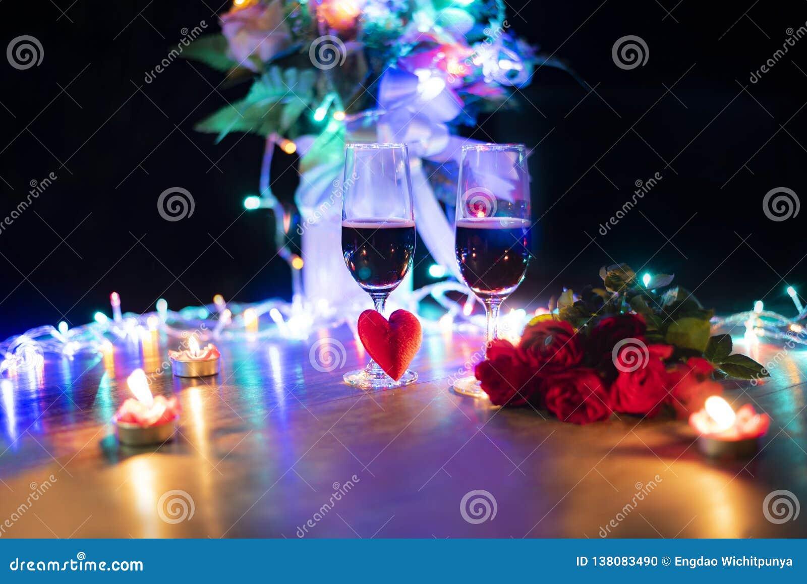 Romantisches Liebeskonzept des Valentinsgrußabendessens/romantisches Gedeck verziert mit rotem Herz- und Paarchampagnerglas