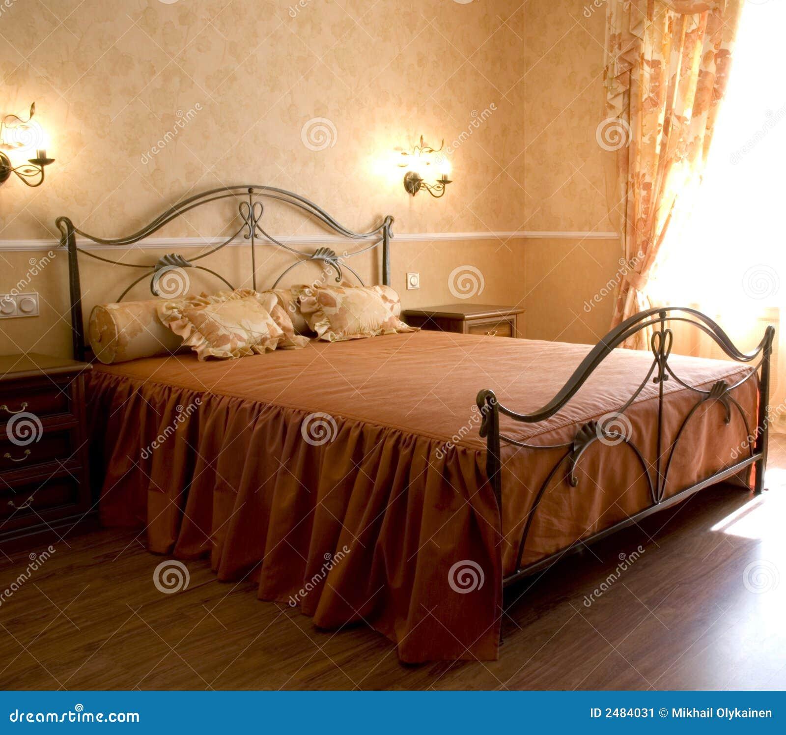 Romantisches Schlafzimmer stockbild. Bild von modern, gehammert ...