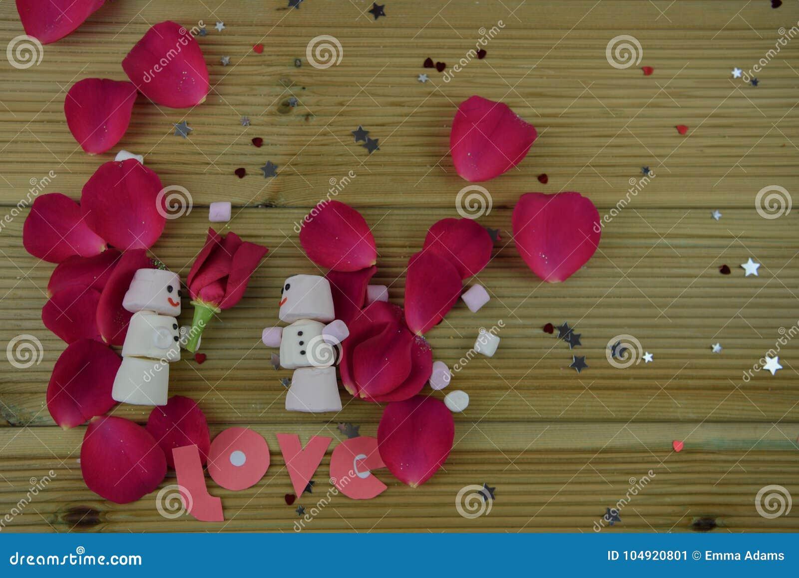 Romantisches Wintersaisonphotographiebild mit den Eibischen, die als Schneemann mit Lächeln geformt wurden, gefror an und eine ro