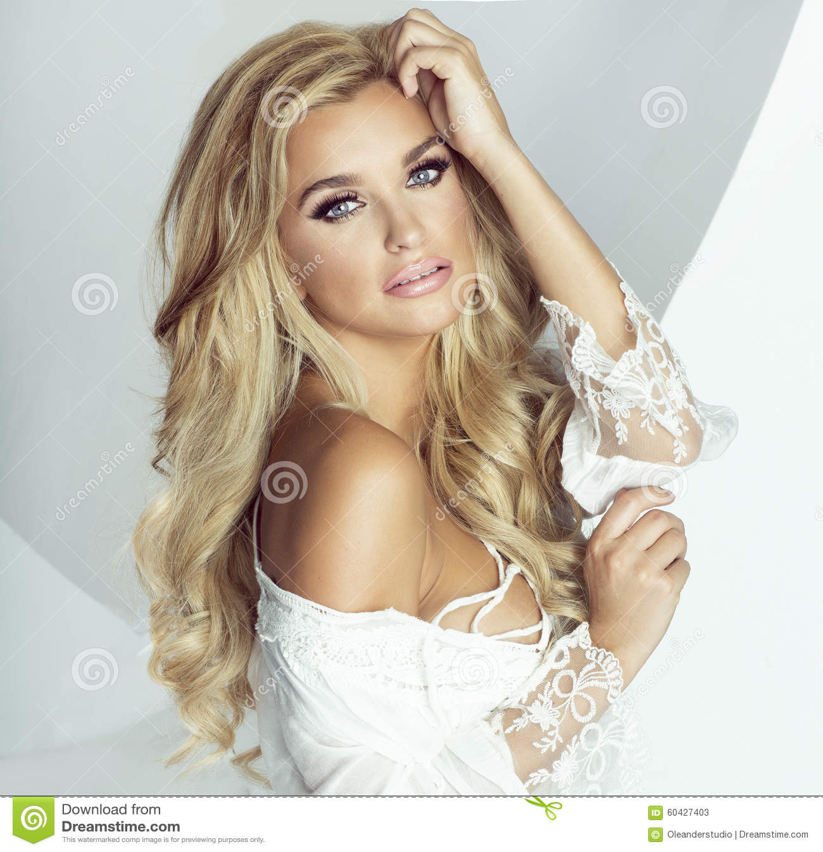 Romantisk blond kvinna