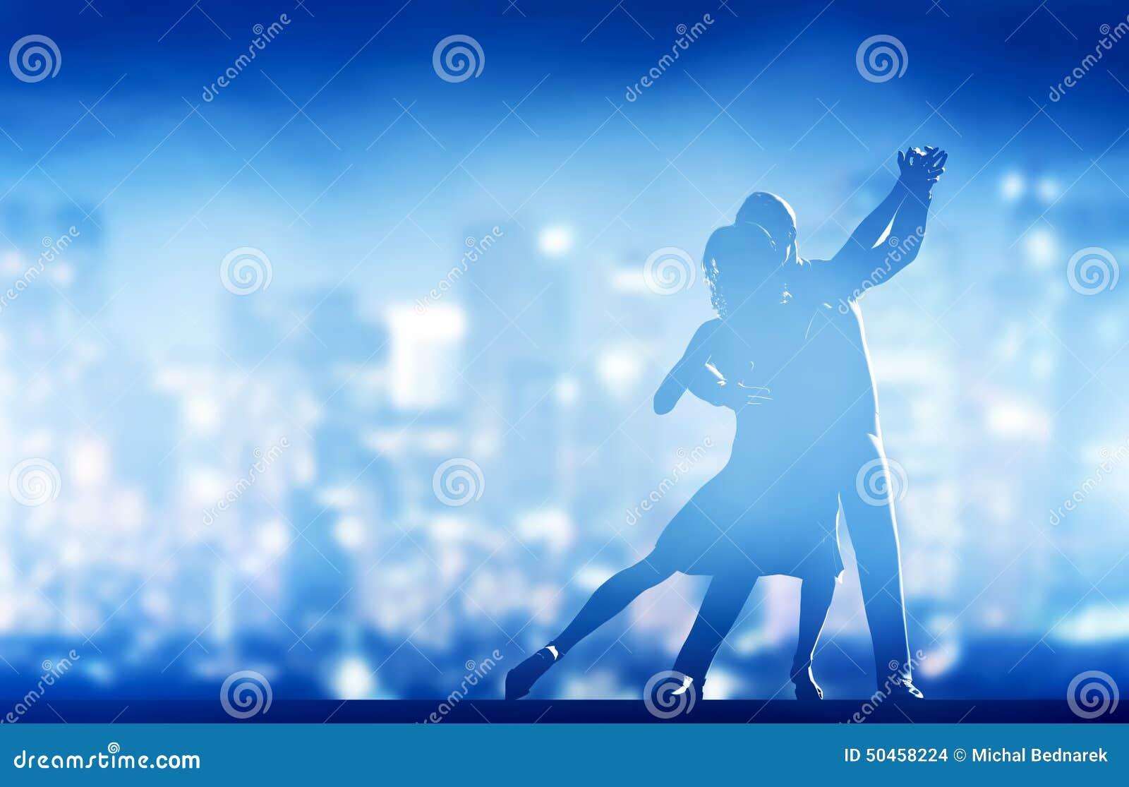 Romantisk pardans Den eleganta klassikern poserar den ljusa staden few tänder många omslag för utelivvägtaxis