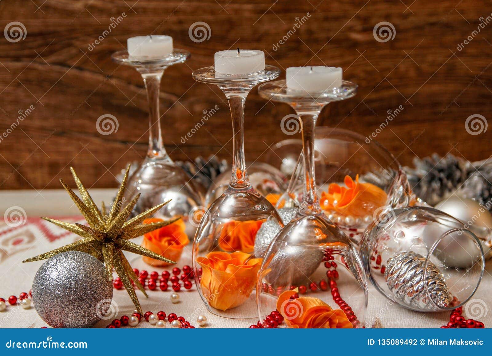 Romantisk sammansättning med vinexponeringsglas och att fejka blommor
