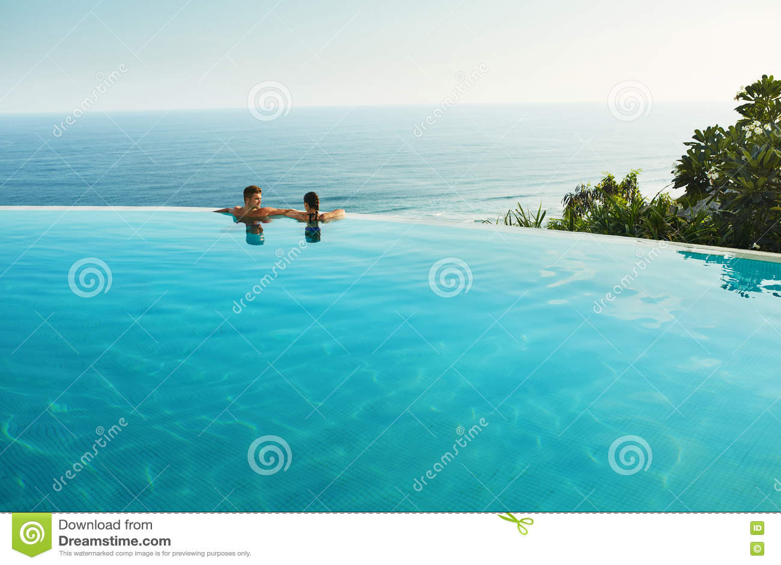 Romantisk semester för förälskade par Folk i sommarpöl
