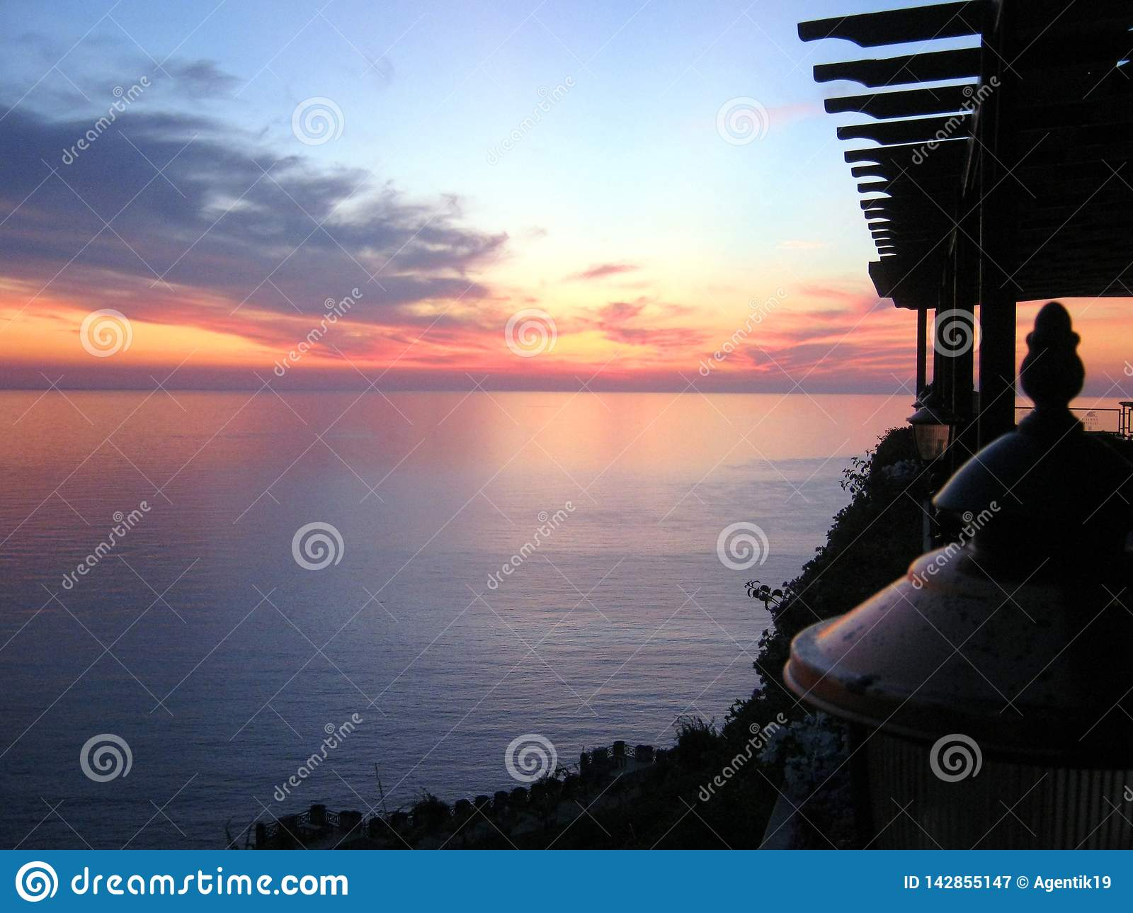 Romantisk solnedgångsikt av havet