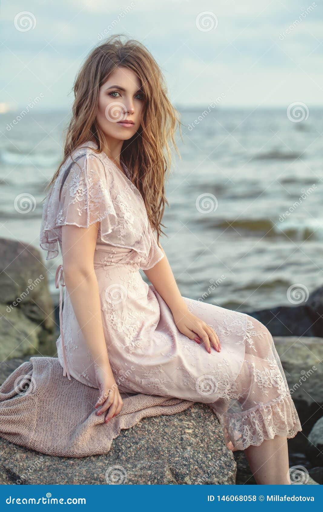Romantisk stående av den nätta unga kvinnan i spets- klänning