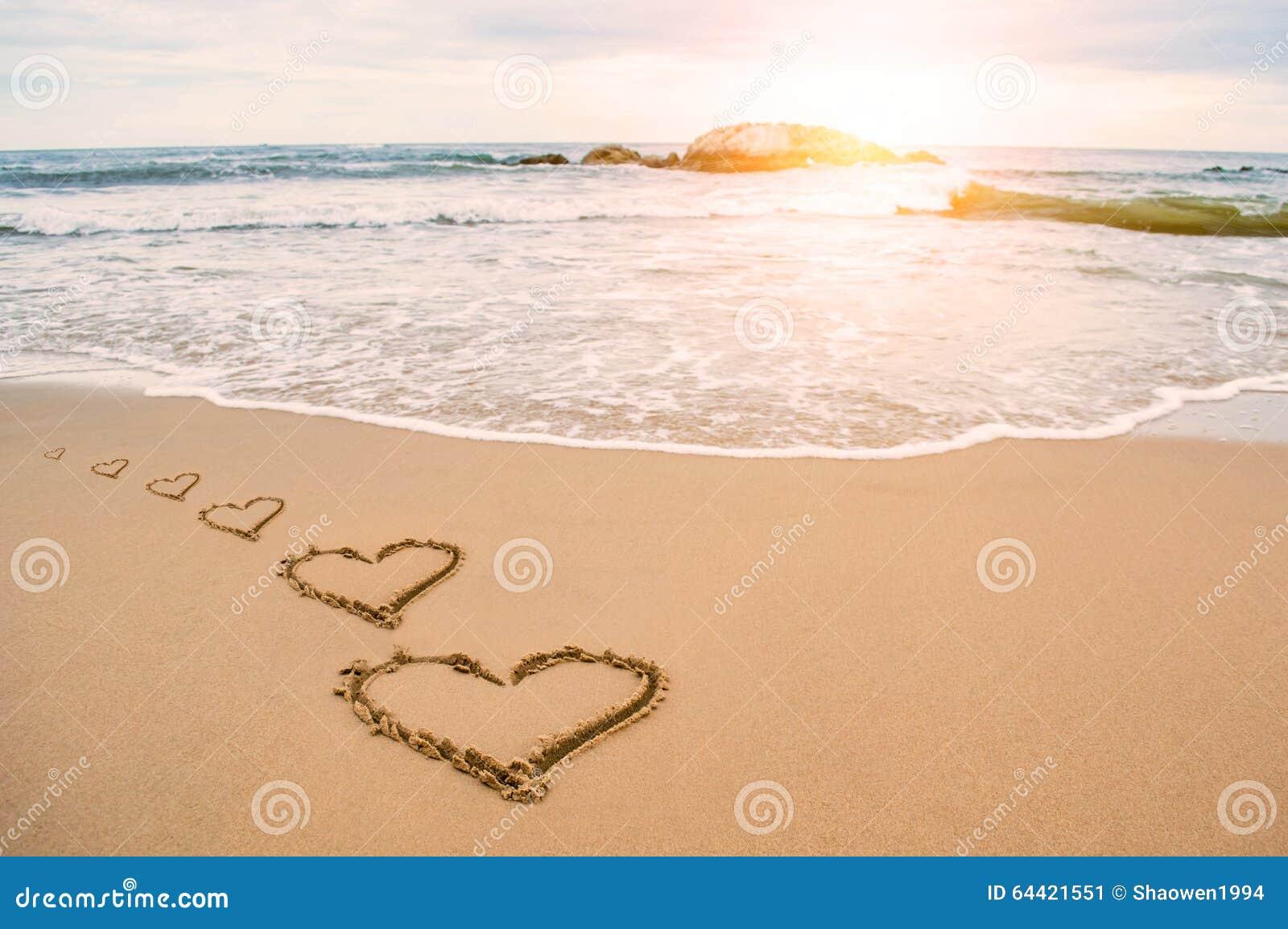 Romantisk strand för förälskelsehjärta