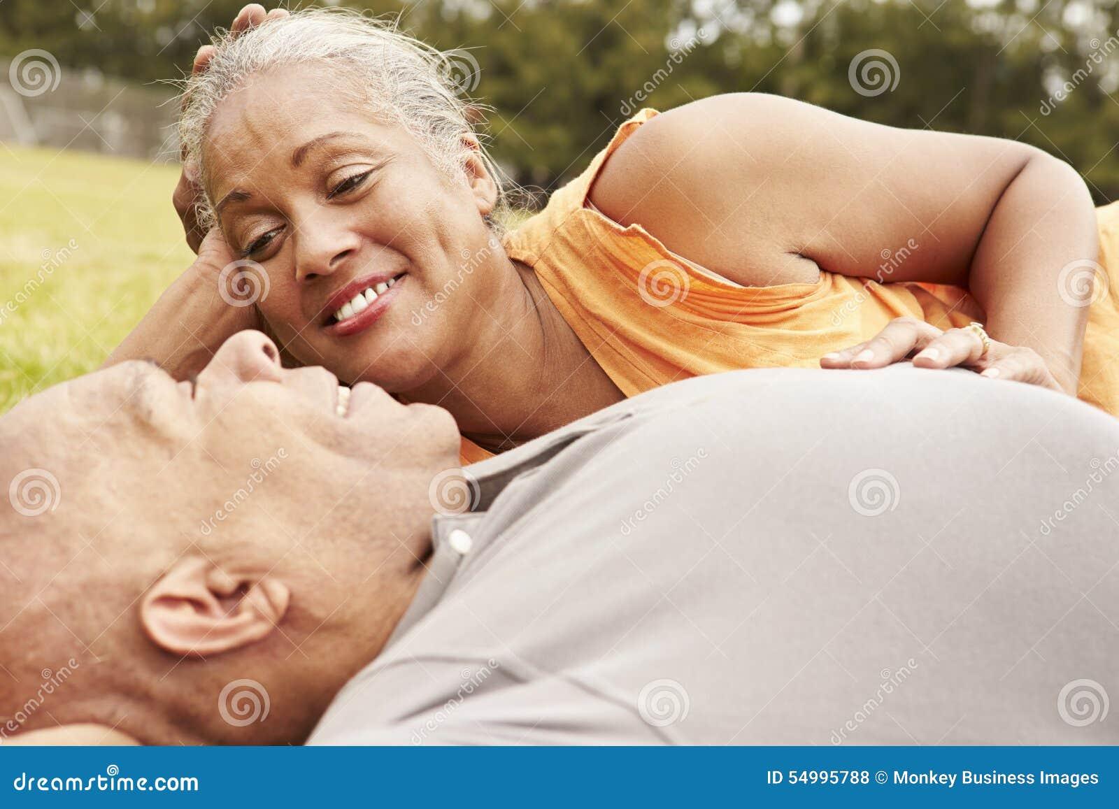 Romantiska höga par som in kopplar av, parkerar tillsammans