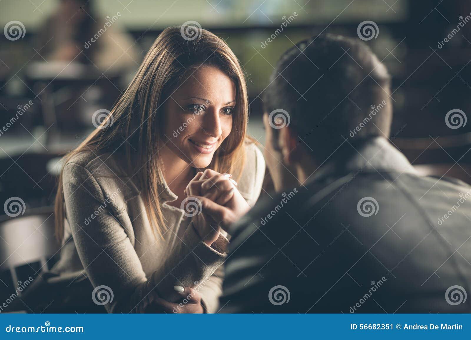 Romantiska par som flörtar på stången