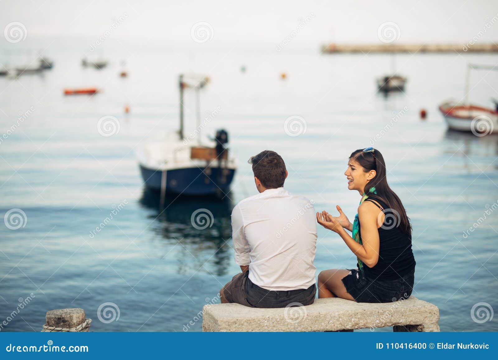 Romantiska par som har förhållandeproblem Kvinnagråt och tiggeri en man Fiskareliv, farlig ockupation Marinsjömän
