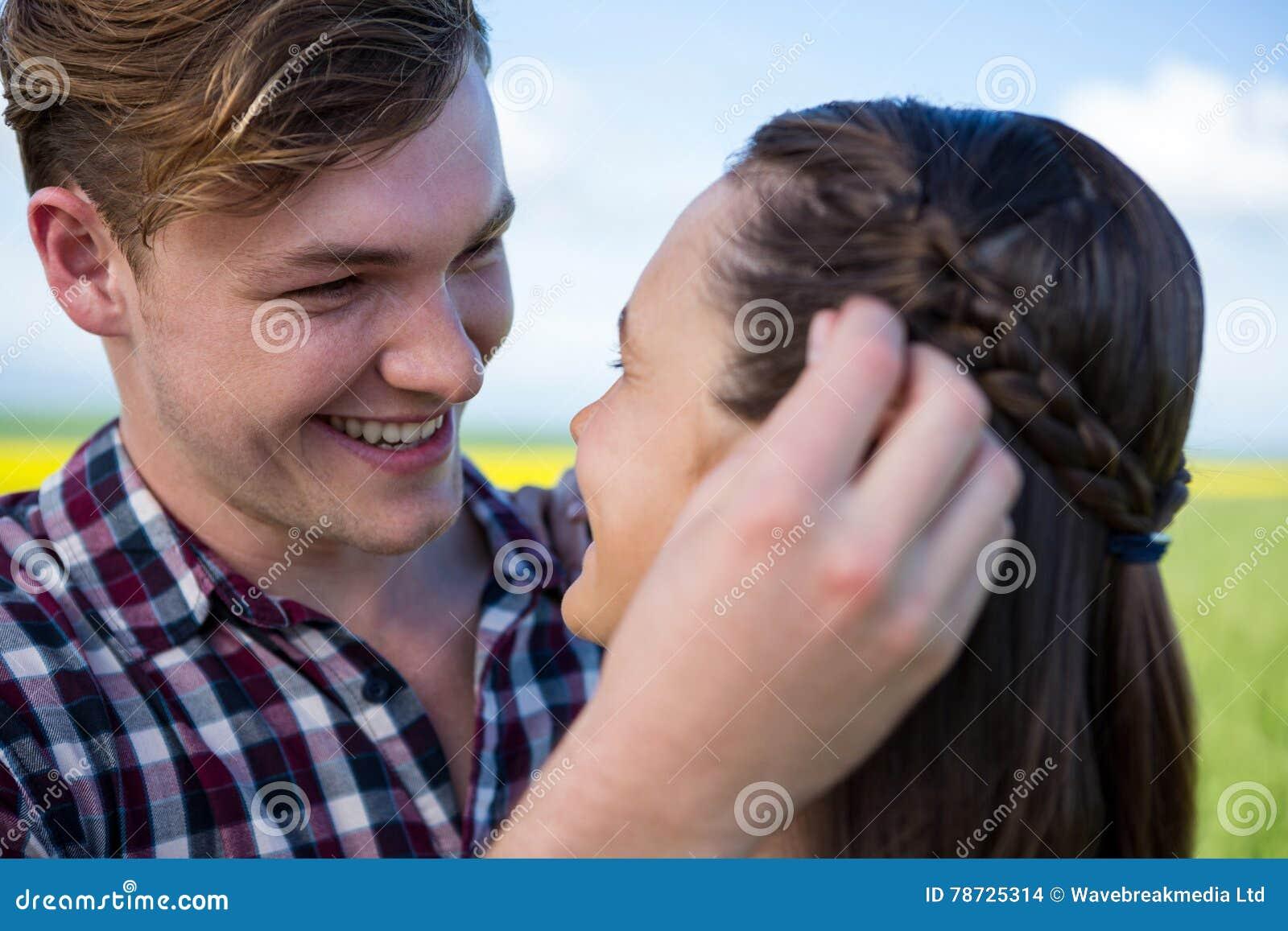 Romantiska par som ser de i fält