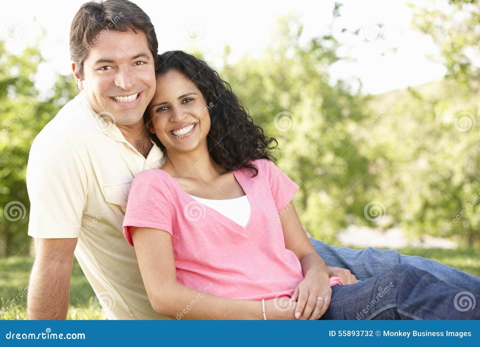 Romantiska unga latinamerikanska par som in kopplar av, parkerar
